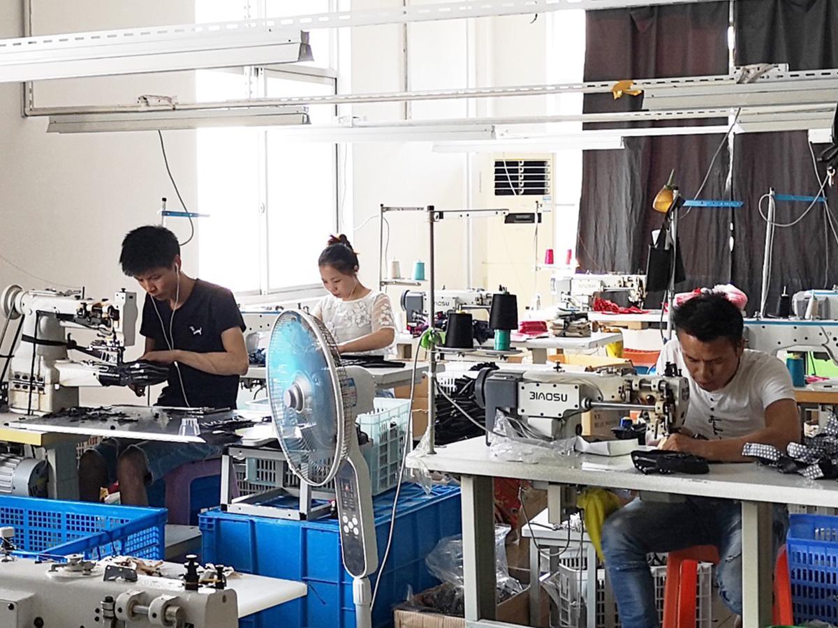 工場で働いている三人の従業員