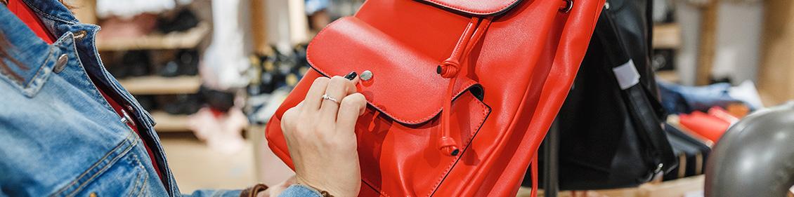 赤い鞄を持つ女性の手