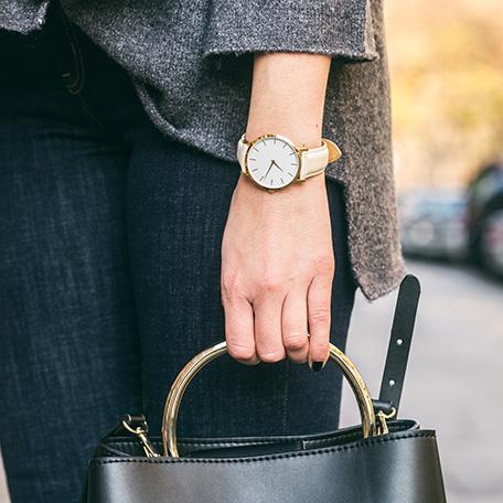 腕時計をしている女性の手